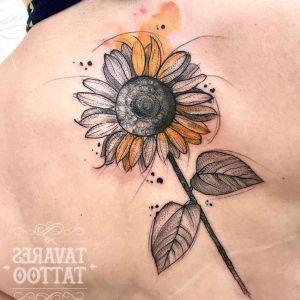 tatuaje de girasoles en la espalda