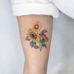 tatuaje de girasoles y mariposa