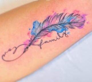 tatu de infinito y pluma