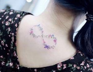 tatuaje para mujer de infinito de flores