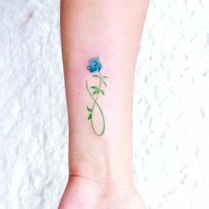 tatuaje para mujer de infinito y rosa
