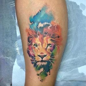 bonito tatuaje de leon a color
