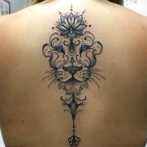 diseño de tatuaje de leon en la espalda