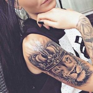 diseño de tatuaje de leon para mujer