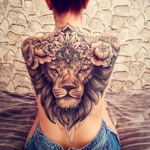 tattoo de leon en la espalda