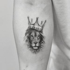 tatuaje de leon con corona