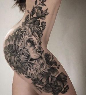 tatuaje de leon con flores