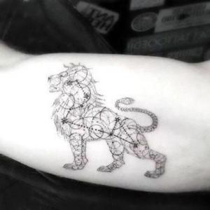 tatuaje de leon en el brazo