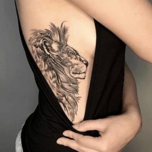 tatuaje de leon para mujeres en las costillas