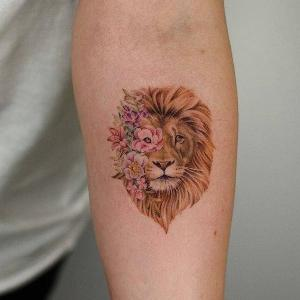 tatuaje femenino de leon para mujer