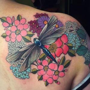 tatuaje de libelula a color