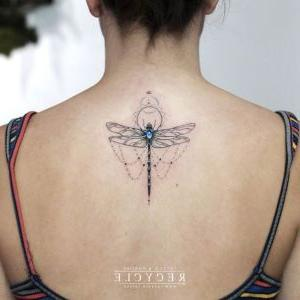 tatuaje de libelula en la espalda