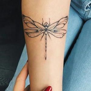 tatuaje en el brazo de libelula