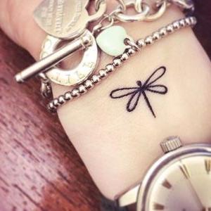 tatuaje pequeño de libelula