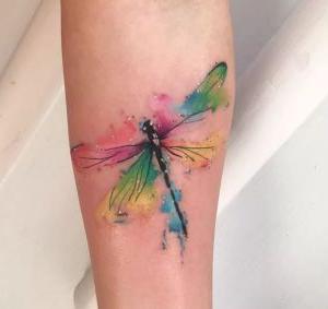 tatuaje watercolor de libelula