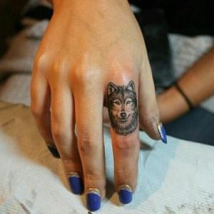 minitatuajes de lobo en el dedo