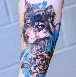 tattoo de lobo con color