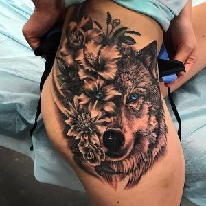 tattoo para mujerres de lobo en el muslo