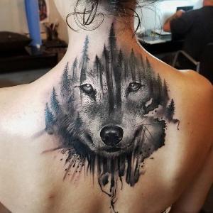 tatuaje en la espalda de lobo