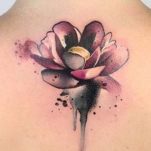 bonito tatuaje de flor de loto para mujer en la espalda