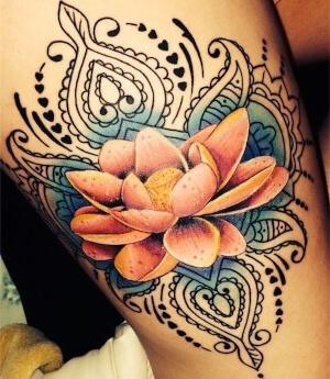 tattoo de flor de loto para mujeres
