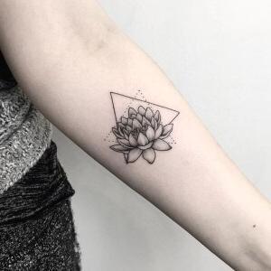 tatuaje de flor de loto para mujer