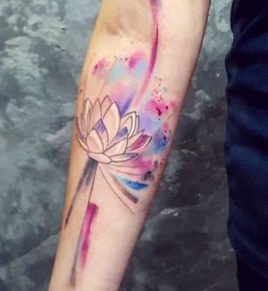 tatuaje de flor de loto watercolo