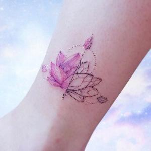 tatuaje hermoso de flor de loto