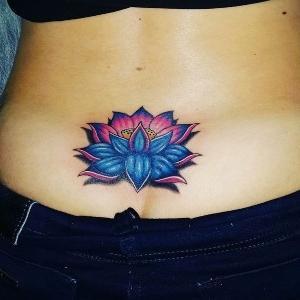 tatuaje para mujer de flor de loto