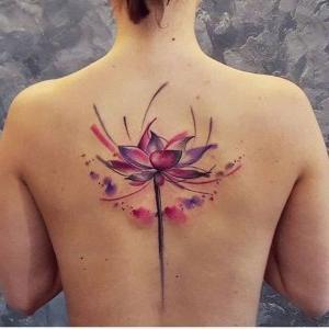 tatuaje para mujer de flor de loto a color