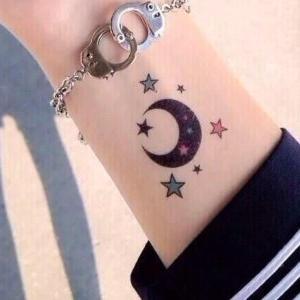 tatuaje de luna y estrellas