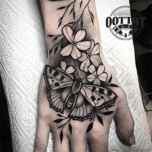 tattoo para mujeres en negro en la mano