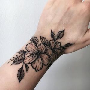 tatuaje para mujer de flores en la muñeca