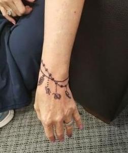 tatuaje para mujer en la muñeca