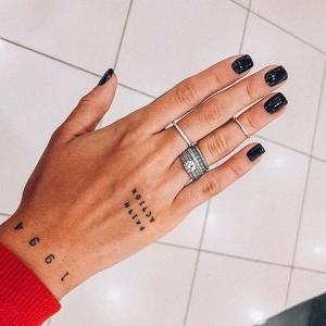 tatuaje para mujeres de letras en la mano