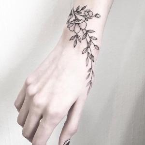 tatuajes finos para mujeres en la mano