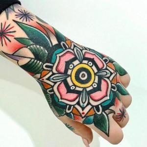 tatuajes new school en la mano