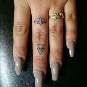 tatuajes para mujer en el dedo