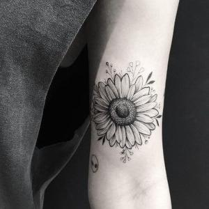 tatuaje de flor margarita