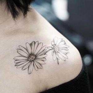 tatuaje de margaritas en el hombro