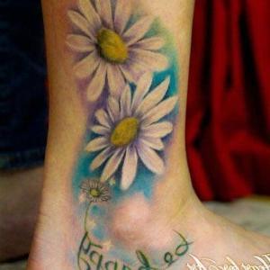 tatuaje de margaritas en el tobillo