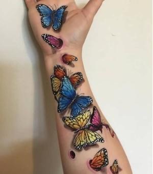 bonitas mariposas tatuadas en el brazo