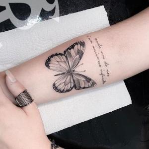 imagen de tatuaje de mariposas para mujeres