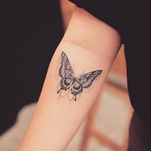 tattoo de mariposa en el brazo
