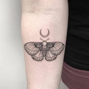 tatuaje de mariposa en negro para mujeres