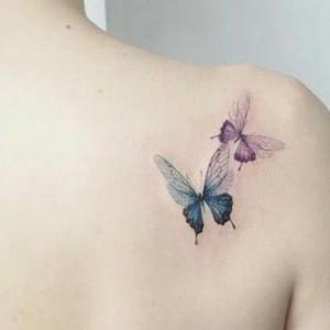 tatuaje delicado para mujer de mariposas