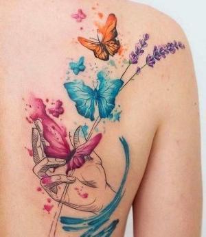 tatuaje en el hombro de mariposas