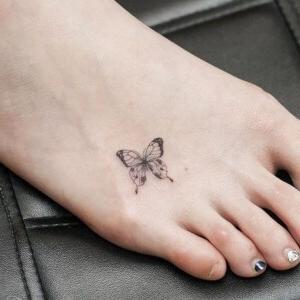 tatuaje pequeño de mariposa en el pie