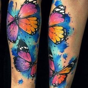 tatuaje watercolor de mariposas para mujer