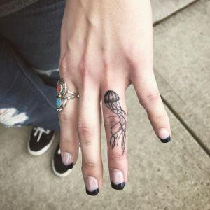 tatuaje en el dedo de medusa